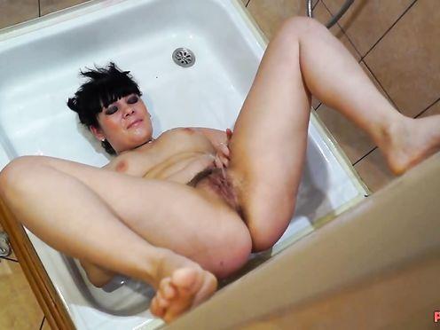 Любительница мочи сама на себя писает в ванной