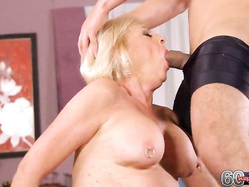 Блондинка Лианесса дает в киску, оседлав парня