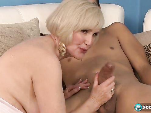 Блондинистая бабуля пробует хуй молодчика на вкус