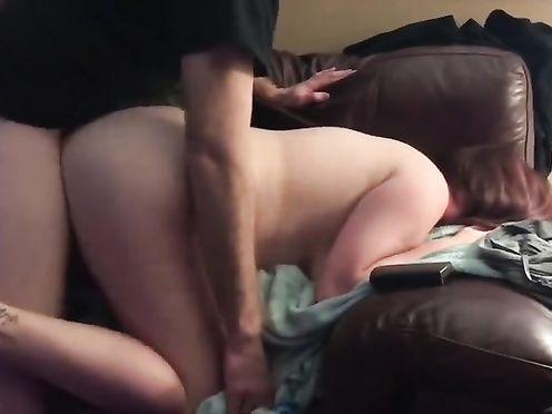 Толстая жена одевает презик на болт мужа и даете ему на диване