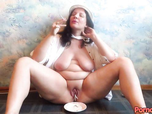 Взрослая женщина из Пскова в частном видео засовывает в пизду горящие сигареты