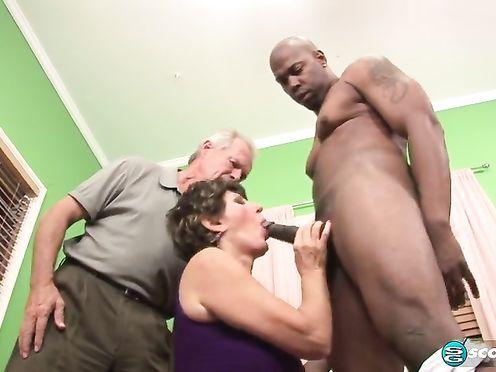 Муж смотрит на то, как зрелая жена изменяет ему с негром