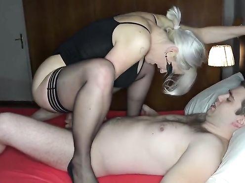 Блондинка в черных чулках подставляет анал под хуй