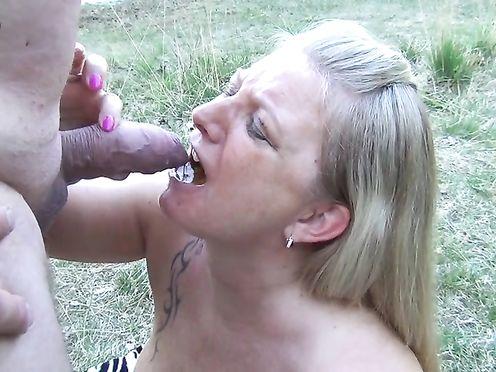 Мужики развлекаются с женщиной на природе и писают ей в рот