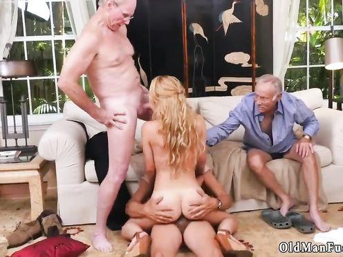 Толпа старых мужиков ебут блондинку в разных позах