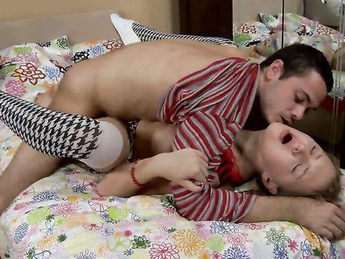Анальное совокупление на одноместной кровати молодых любовников
