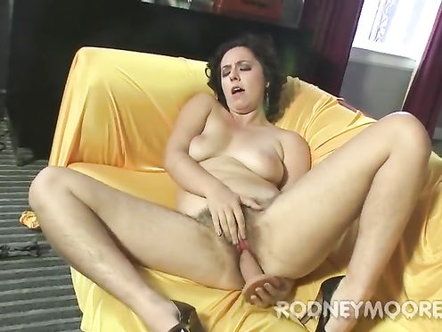 Кудрявая дама дрочит манду на диване