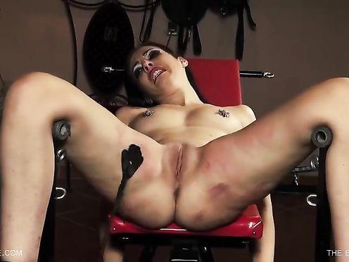 Госпожа бьет по сраке беспомощную рабыню