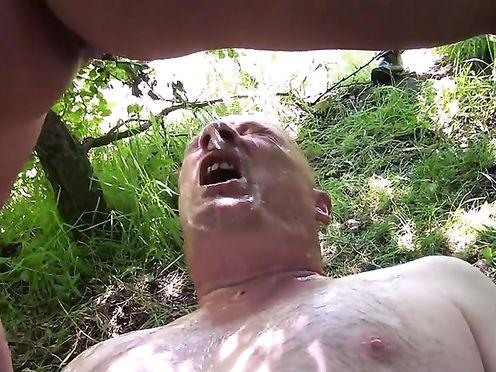 Сучка ссытся на лысого мужика после траха возле дерева в лесу