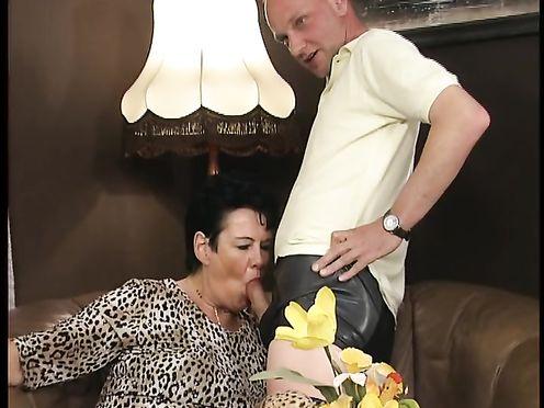Жирные телки на перегонки делают минет мужьям