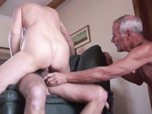 Блядь заставляет престарелого мужа смотреть, как она ебется с любовником