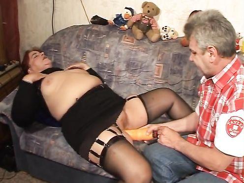 Старый кобель сует огромный дилдо в жирную пизду толстой супруги