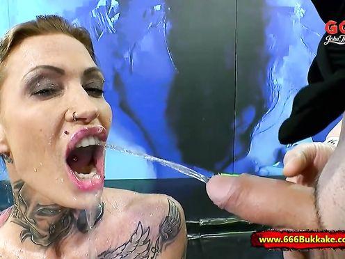 Татуированная модель на сцене ссыт покорному мужику в рот
